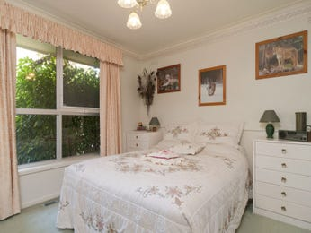 Classic bedroom design idea with carpet & sash windows using cream colours - Bedroom photo 1213406