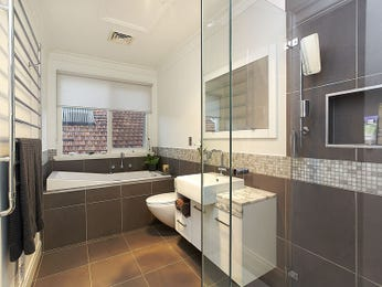 Classic bathroom design with recessed bath using tiles - Bathroom Photo 1260574