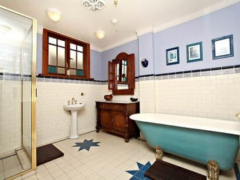 Modern bathroom design with claw foot bath using ceramic - Bathroom Photo 1060853