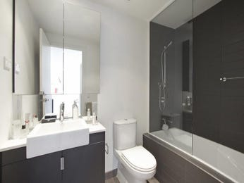 Modern bathroom design with recessed bath using frameless glass - Bathroom Photo 837267