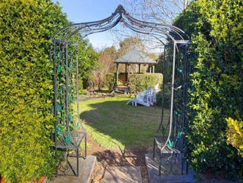 Landscaped garden design using grass with gazebo & hedging - Gardens photo 1577402