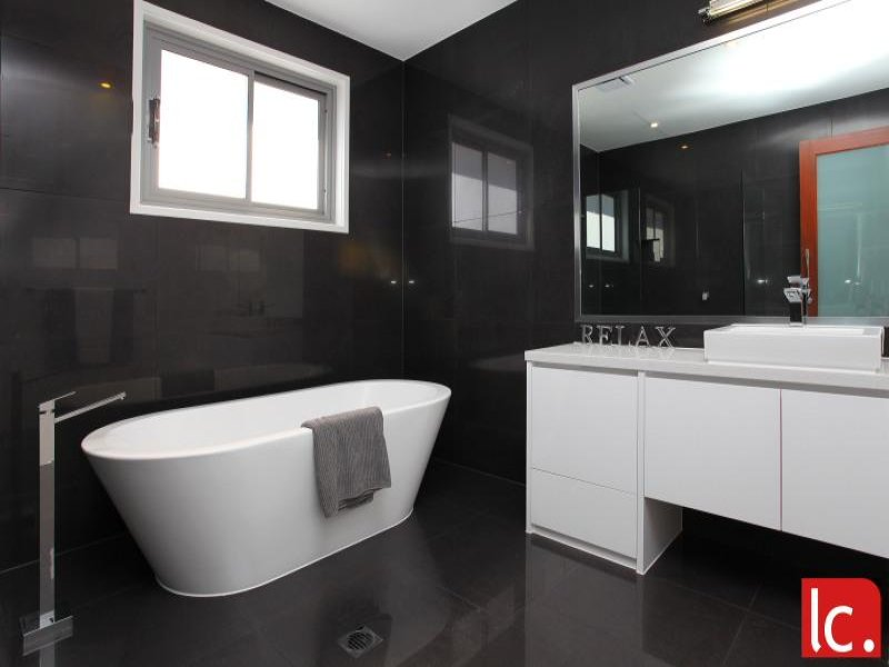 Modern bathroom design with freestanding bath using ceramic bathroom photo 121782 Freestanding bathtub bathroom design