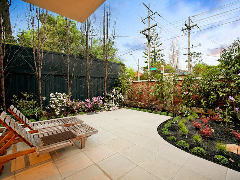 Garden Design Using Brick With Retaining Wall & Outdoor Furniture