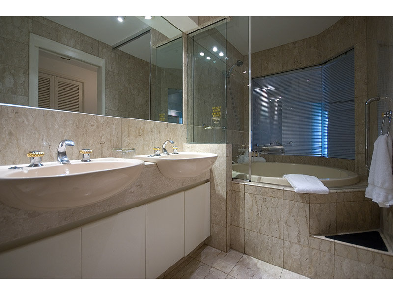 Modern bathroom design with recessed bath using ceramic - Bathroom Photo 377790