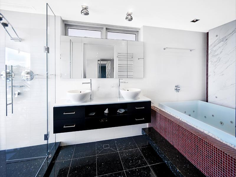 Modern bathroom design with recessed bath using ceramic - Bathroom Photo 515350