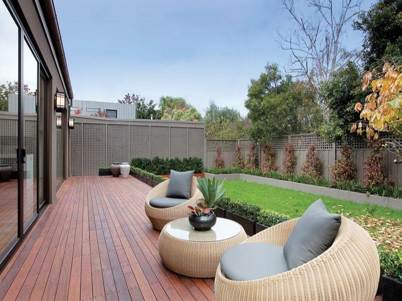 Modern garden design using brick with balcony outdoor for Modern garden decking designs