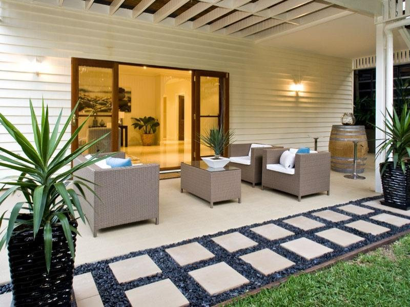 Indoor outdoor outdoor living design with verandah for Decorate small patio area
