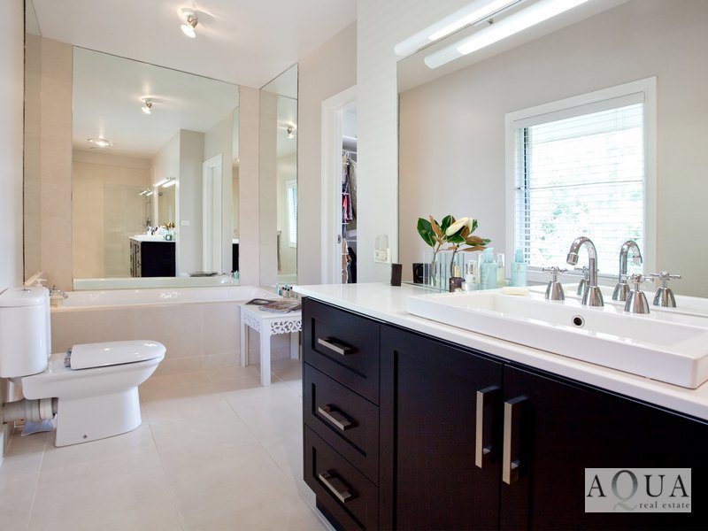 Modern Bathroom Design With Sash Windows Using Ceramic Bathroom Photo 492410