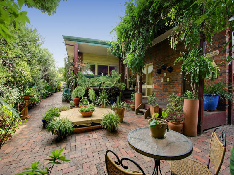 Enclosed Outdoor Living Design With Bbq Area Hedging
