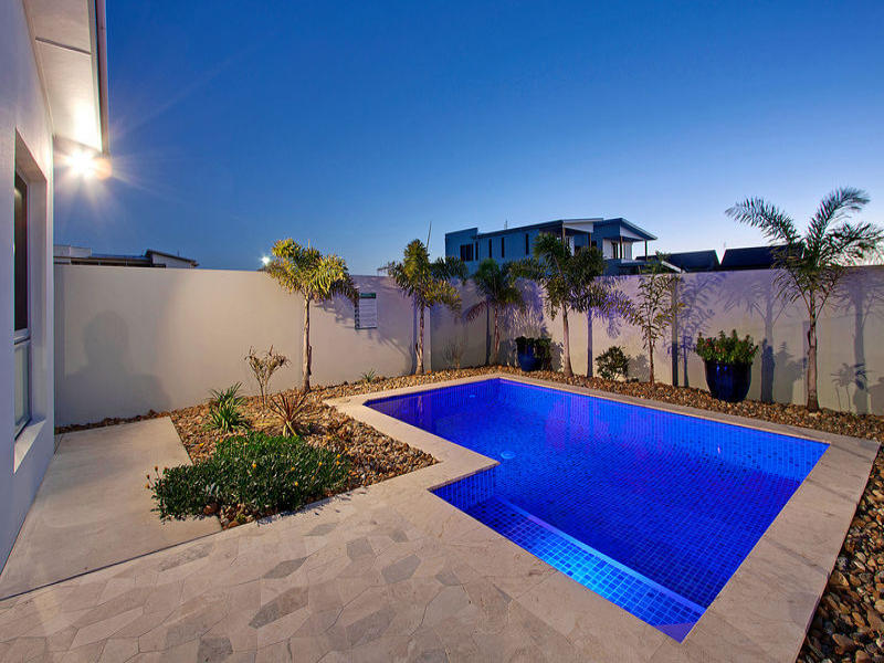 Geometric pool design using pavers with retaining wall for Pool design retaining wall