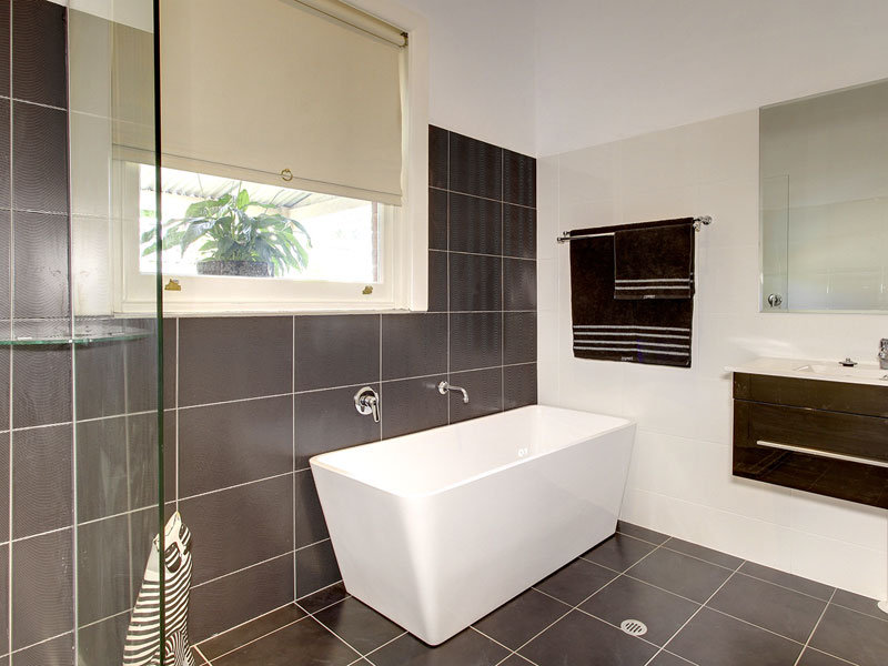 Blinds in a bathroom design from an australian home for Australian small bathroom design