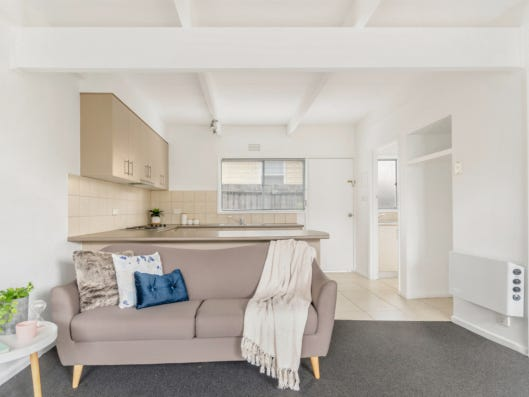 2/15 Buxton Road, Herne Hill, Vic 3218